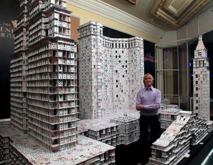 Брайан Берг — майстер карткових будиночків