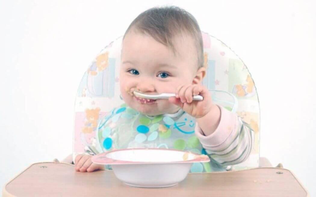 В возрасте до 6-7 месяцев, ребенок может дышать и глотать одновременно. Взрослые не могут этого делать
