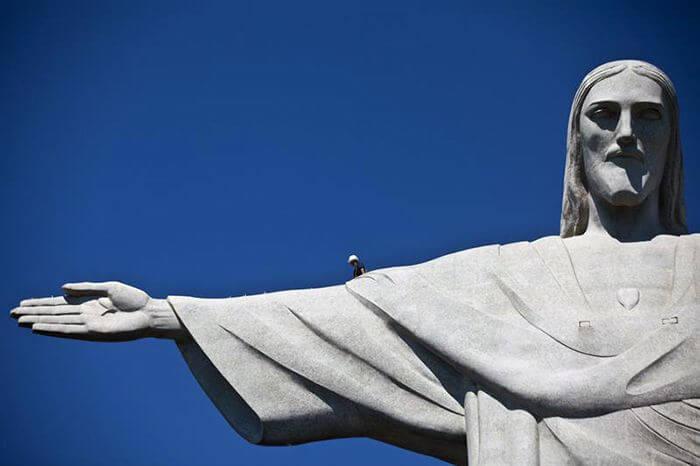 В руку статуи Христа попала молния