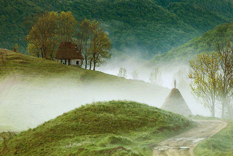 Дім відлюдника в горах Апусени. Румунія.