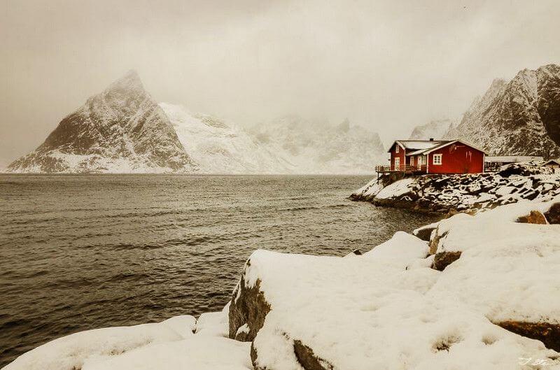 Червоний будинок відлюдника в снігу. Новегия.