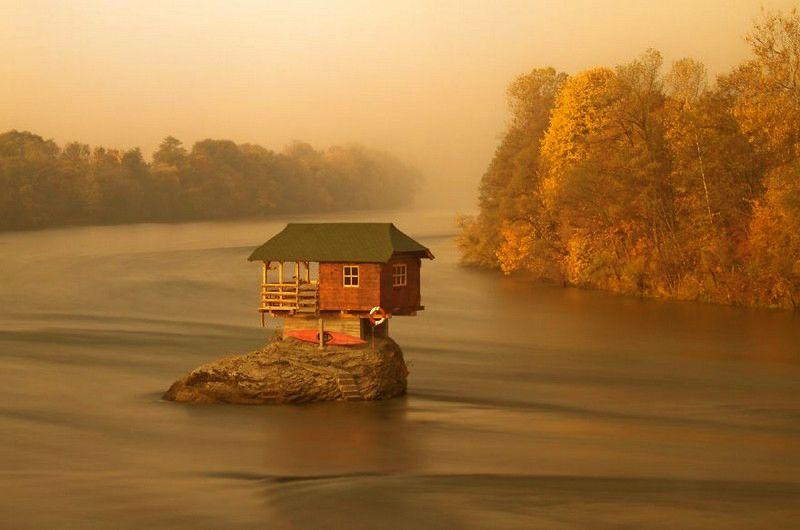 Дім відлюдника на середині річки Дріна. Сербія.